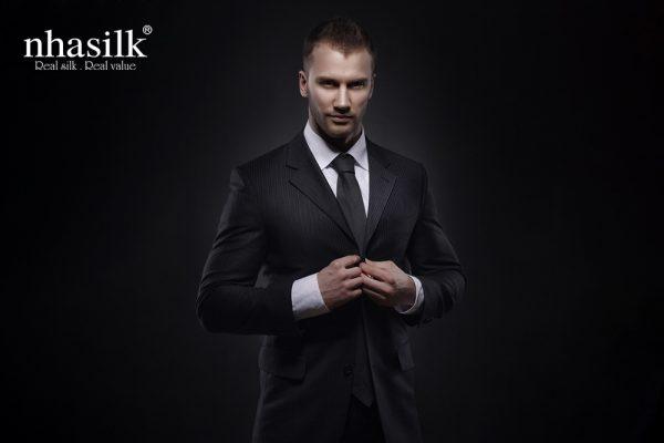cà vạt màu đen huyền bí