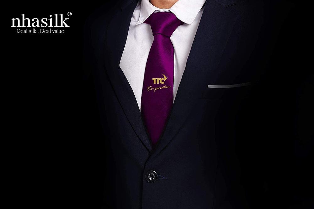 Cà vạt lụa tơ tằm dát vàng logo | Nhasilk
