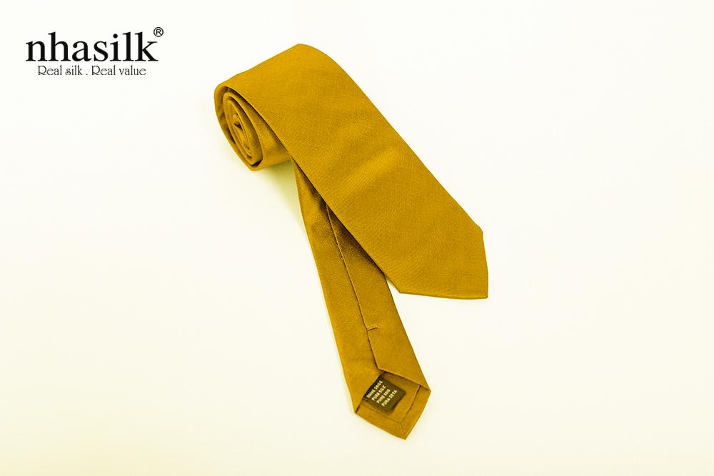 cà vạt màu vàng cá tính