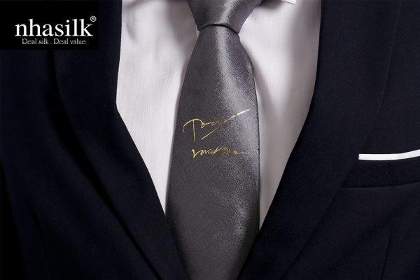 Cà vạt lụa tơ tằm dát vàng chữ ký | Nhasilk