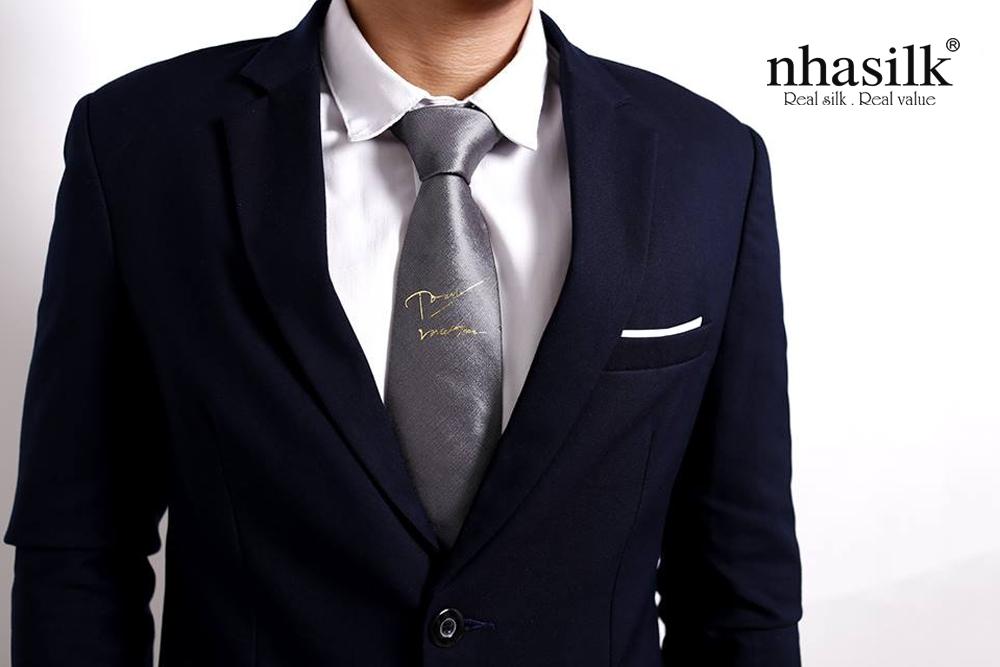 cà vạt lụa dát vàng chữ ký