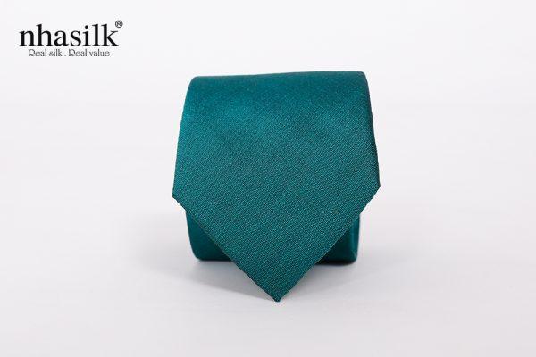 cà vạt màu xanh dương cuốn hút