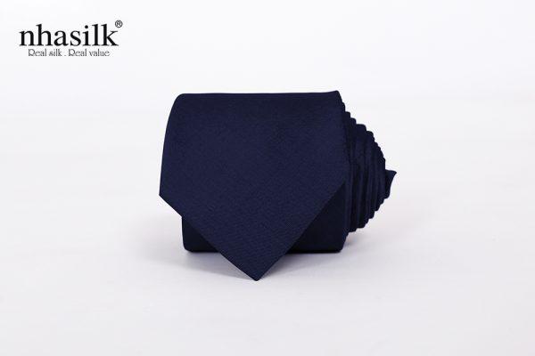 cà vạt màu xanh đậm