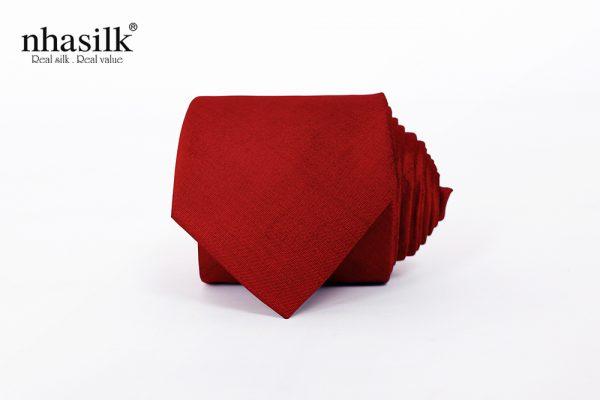 cà vạt màu đỏ sẫm