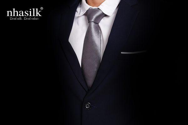 cà vạt màu bạc