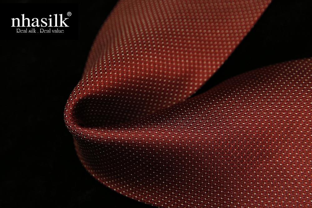 Cà vạt lụa tơ tằm màu đỏ họa tiết chấm bi | Nhasilk
