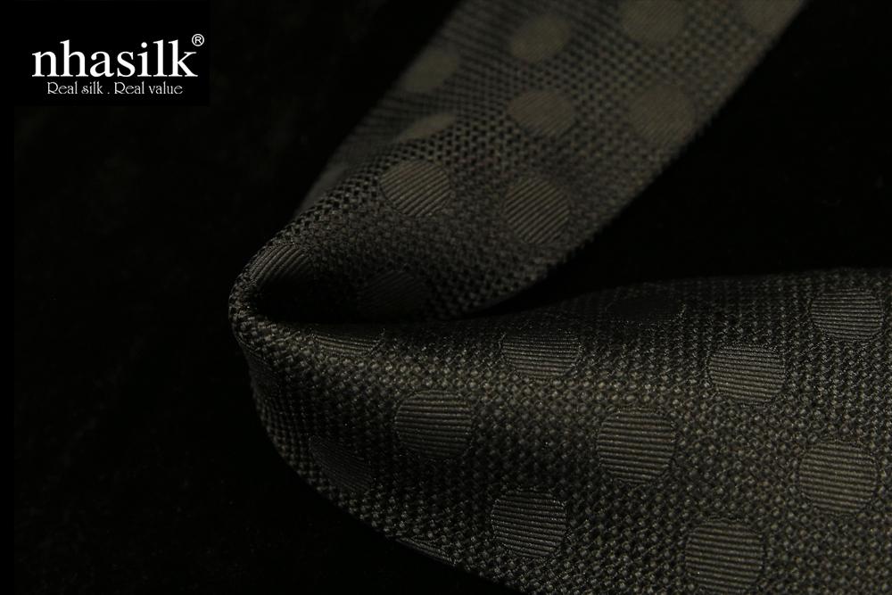 cà vạt lụa tơ tằm màu đen họa tiết chấm bi vân chìm
