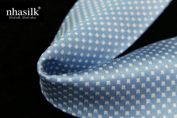 Cà vạt lụa tơ tằm màu xanh dương họa tiết ô vuông trắng