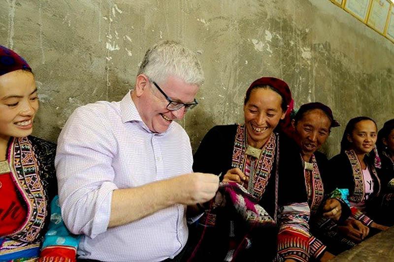 Tôi đã nhảy cùng một gia đình dân tộc Thái tại một ngôi làng nhỏ thuộc tỉnh Sơn La và thử thêu trang phục cổ truyền