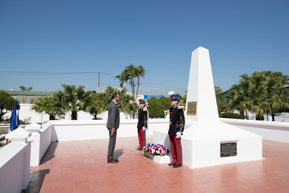 The Prime Minister also went to Dien Bien Phu to honor the veterans