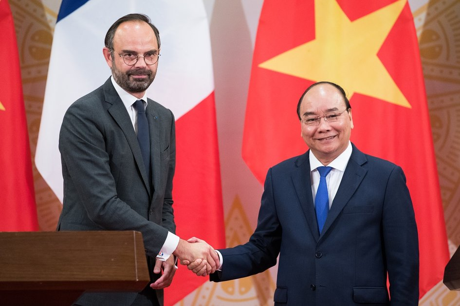 Prime Minister Édouard Philippe and Prime Minister Nguyen Xuan Phuc at the signing ceremony.