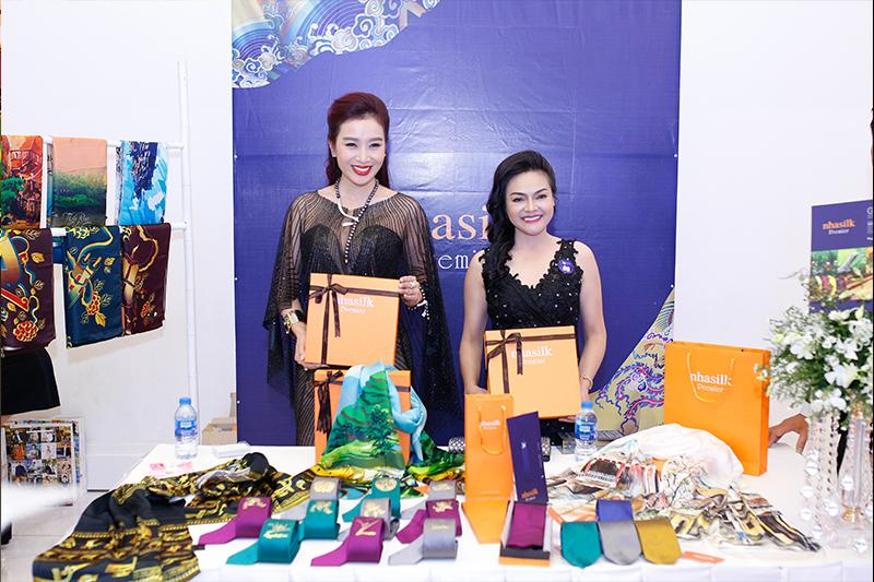 Runner-up of World Lady - Thu Huong took a photo with Nhasilk silk scarf The harmony of the soul