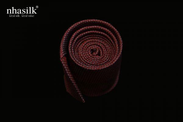cà vạt lụa sọc nâu đỏ