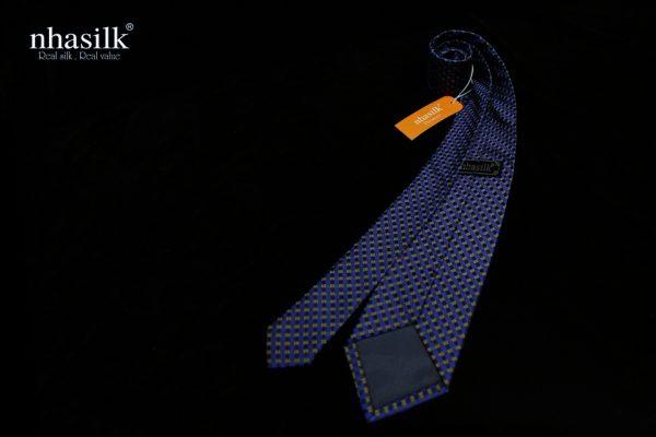 cà vạt lụa chấm bi