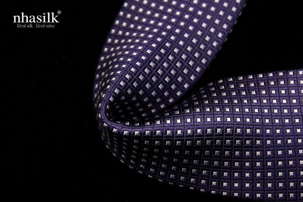 Cà vạt lụa tơ tằm màu xanh đen họa tiết ô vuông nổi 1