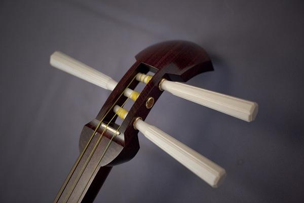 Dây đàn Shamisen được làm từ những sợi tơ vàng óng