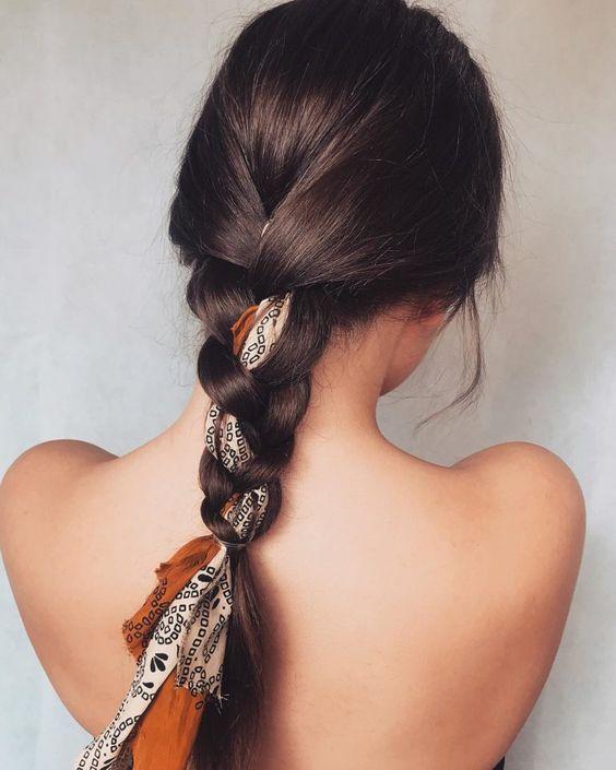 tết tóc đuôi sam cùng với chiếc khăn lụa