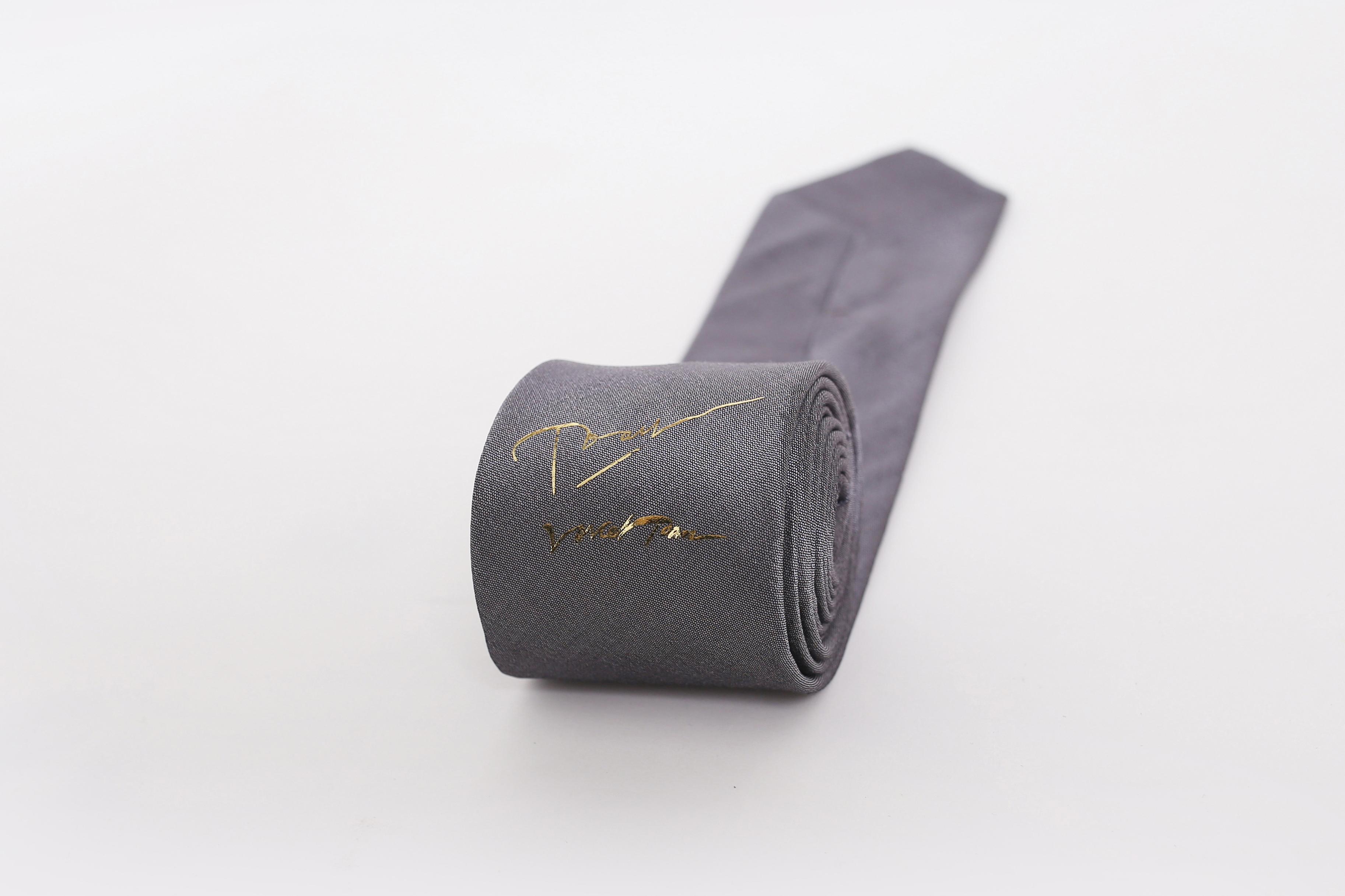 chiếc cà vạt dát vàng