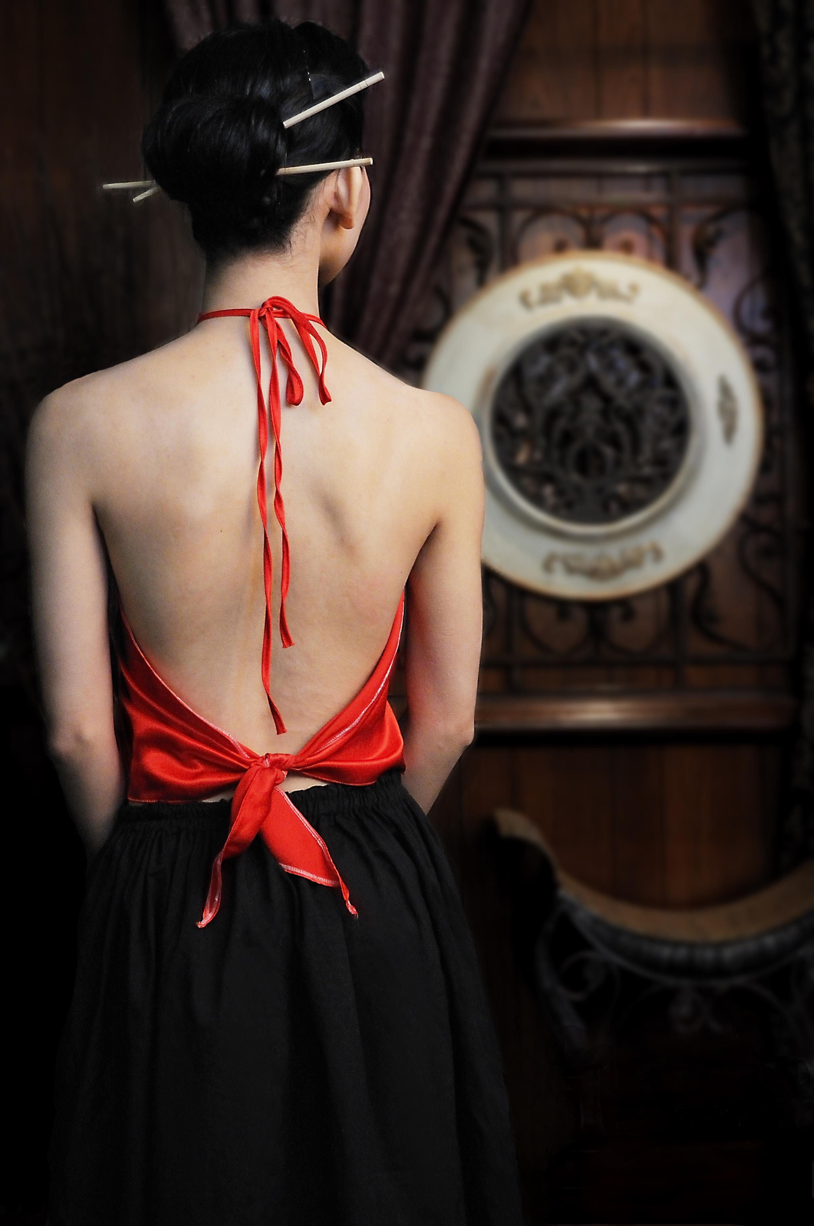 Cách làm đẹp của phụ nữ xưa và nay khi sử dụng lụa làm điểm nhấn.
