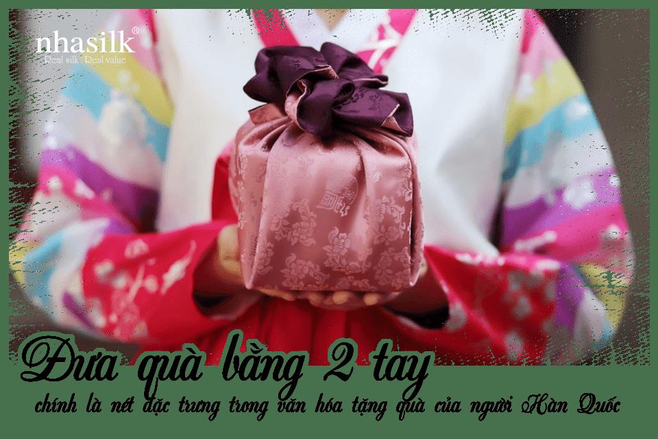Đưa quà bằng 2 tay chính là nét đặc trưng trong văn hóa tặng quà của người Hàn QuốcĐưa quà bằng 2 tay chính là nét đặc trưng trong văn hóa tặng quà của người Hàn Quốc