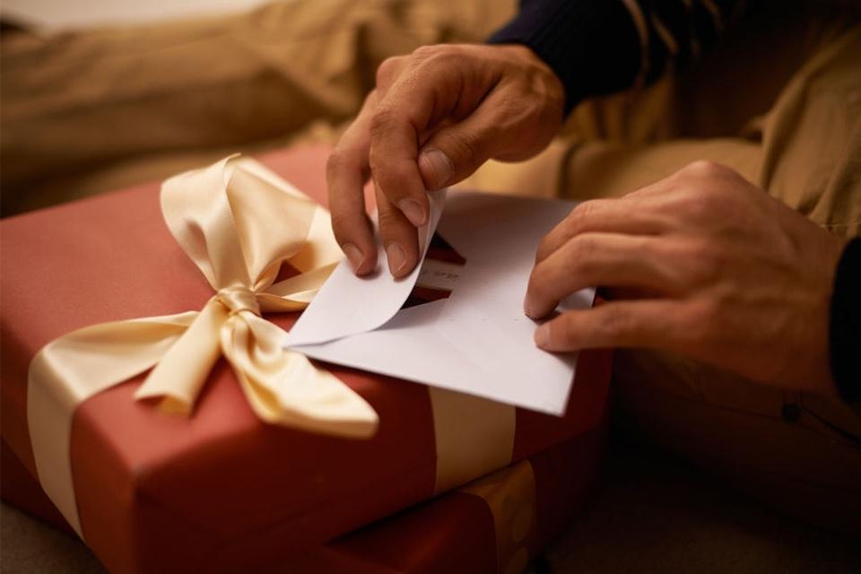 """Những lưu ý khi lựa chọn quà tặng sếp nam về hưu ý nghĩa, ấn tượng và dễ """"ghi điểm"""""""