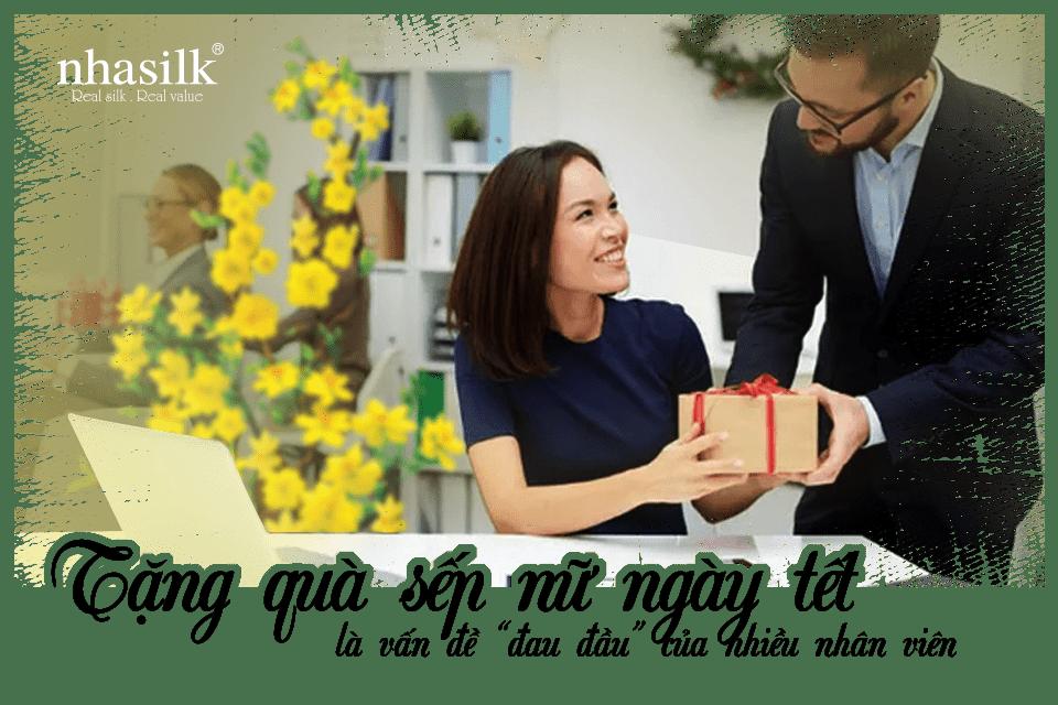 """Nhasilk là thương hiệu trực thuộc Công ty TNHH tơ lụa Nhã Lam, được thành lập vào năm 2018. Với slogan """"Real silk, real value"""", Nhasilk luôn mang đến cho thị trường những sản phẩm lụa tơ tằm thứ thiệt, không pha trộn. Khi đến cửa hàng của Nhasilk, bạn có thể thoải mái đắm mình trong thế giới lụa tơ tằm cao cấp như khăn lụa dài, khăn choàng lụa Satin, khăn lụa vuông hay khăn turban. Kết hợp cùng các họa tiết truyền thống, văn hóa, lịch sử độc đáo, bắt mắt. Showroom lụa Nhasilk tại TP. HCM Sản phẩm của Nhasilk đẹp, chất lượng đến độ mà khiến cho Bà Natalia Shafinskaya – Giám đốc trung tâm Khoa học và văn hóa Việt Nam tại Nga phải thốt nên rằng """"Tôi thật sự ấn tượng về chất liệu lụa Việt Nam, nó làm tôi mát lạnh đầu ngón tay khi chạm vào. Tôi rất thích thú các họa tiết in ấn trên các sản phẩm của bạn."""" Và quả đúng như vậy, lụa Nhasilk đem đến cho người dùng cảm giác tuyệt vời ngay từ lần chạm đầu tiên với chất liệu mát, mịn, họa tiết tinh tế, tỉ mỉ giúp cho các quý cô tăng thêm vẻ sang trọng và thanh lịch. Khăn lụa của Nhasilk được đặt trong những chiếc hộp bắt mắt Bên cạnh đó, Nhasilk không chỉ chăm chút cho sản phẩm khăn lụa, mà ngay cả hộp đựng cũng được chỉnh chu với lớp nhung mịn được bao bọc bên trong. Giúp thể hiện được sự tỉ mỉ, quan tâm của người tặng với người nhận. Một chiếc khăn lụa 100% tơ tằm sẽ thay bạn gửi gắm đến cấp trên những lời chúc năm mới tốt đẹp và ý nghĩa nhất. Đừng quên liên hệ với Nhasilk khi bạn đang muốn tặng quà tết cho sếp nữ."""