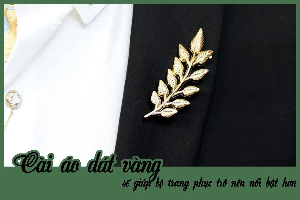Cài áo dát vàng sẽ giúp bộ trang phục trở nên nổi bật hơn