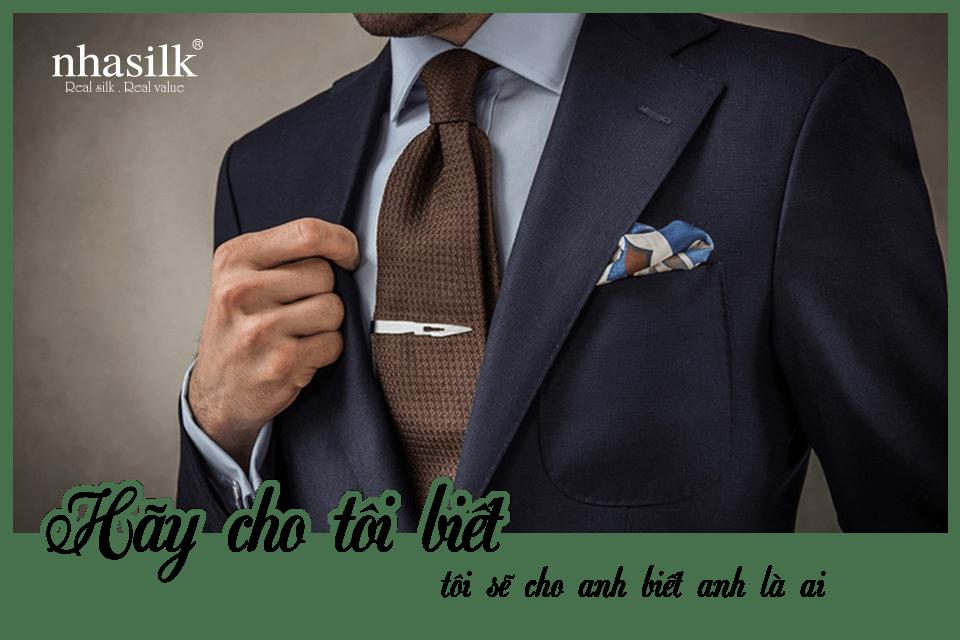 Hãy cho tôi biết anh thắt cà vạt gì, tôi sẽ cho anh biết anh là ai