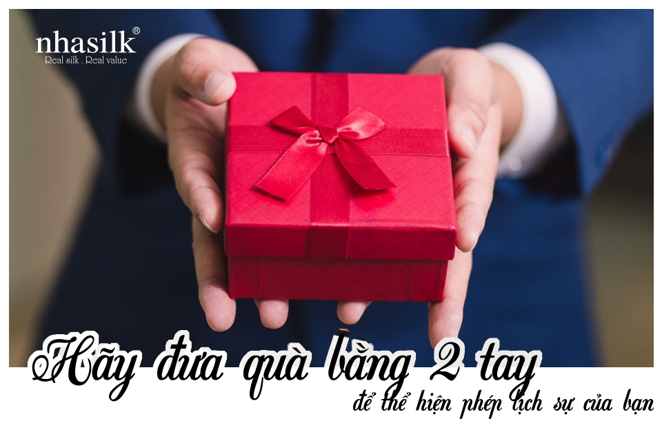Hãy đưa quà bằng 2 tay để thể hiện phép lịch sự của bạn