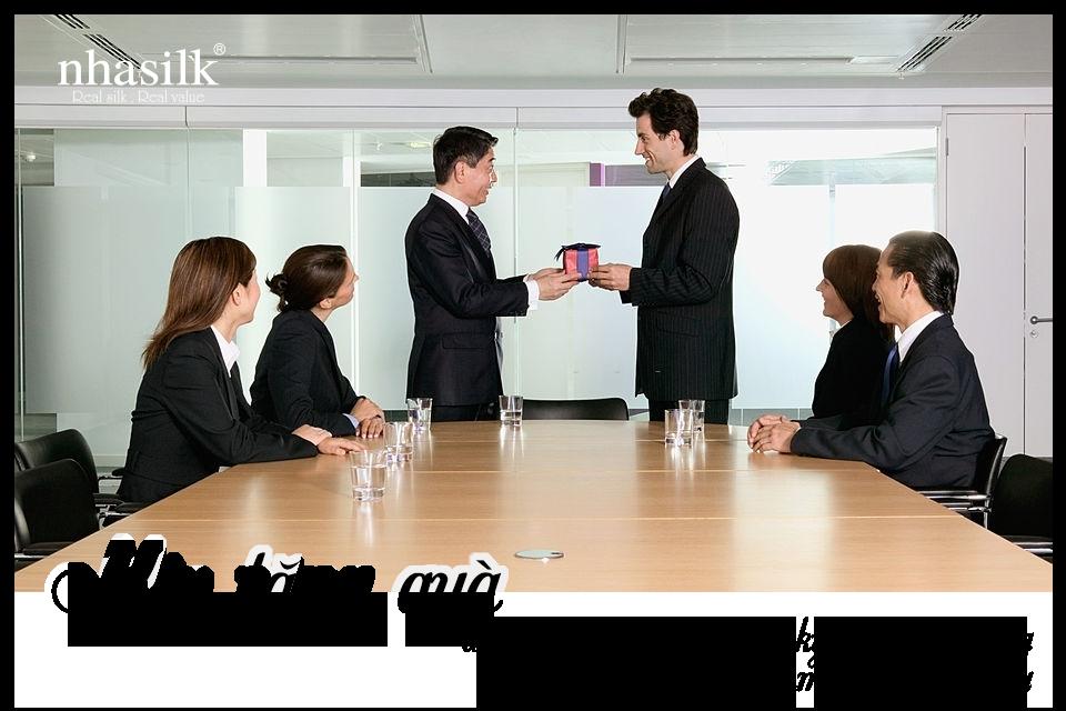 Nên tặng quà cho đối tác Trung vào lễ ký kết hợp đồng hay lần đầu tới tham quan công ty