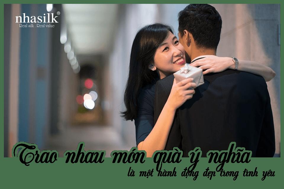 Trao nhau món quà ý nghĩa là một hành động đẹp trong tình yêu
