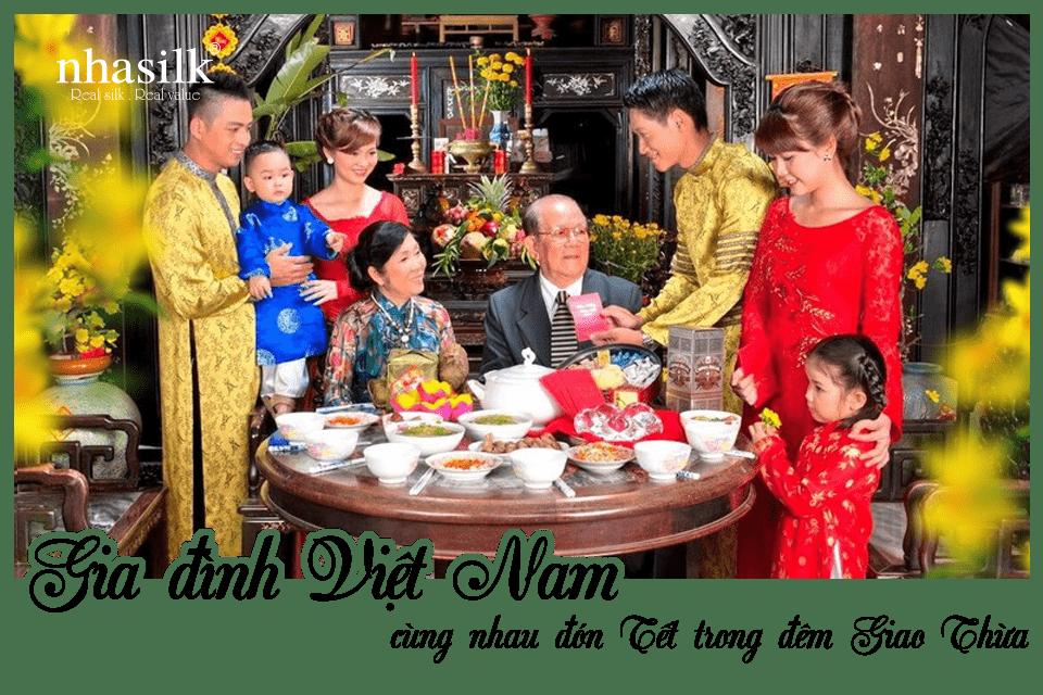 Gia đình Việt Nam cùng nhau đón Tết trong đêm Giao Thừa