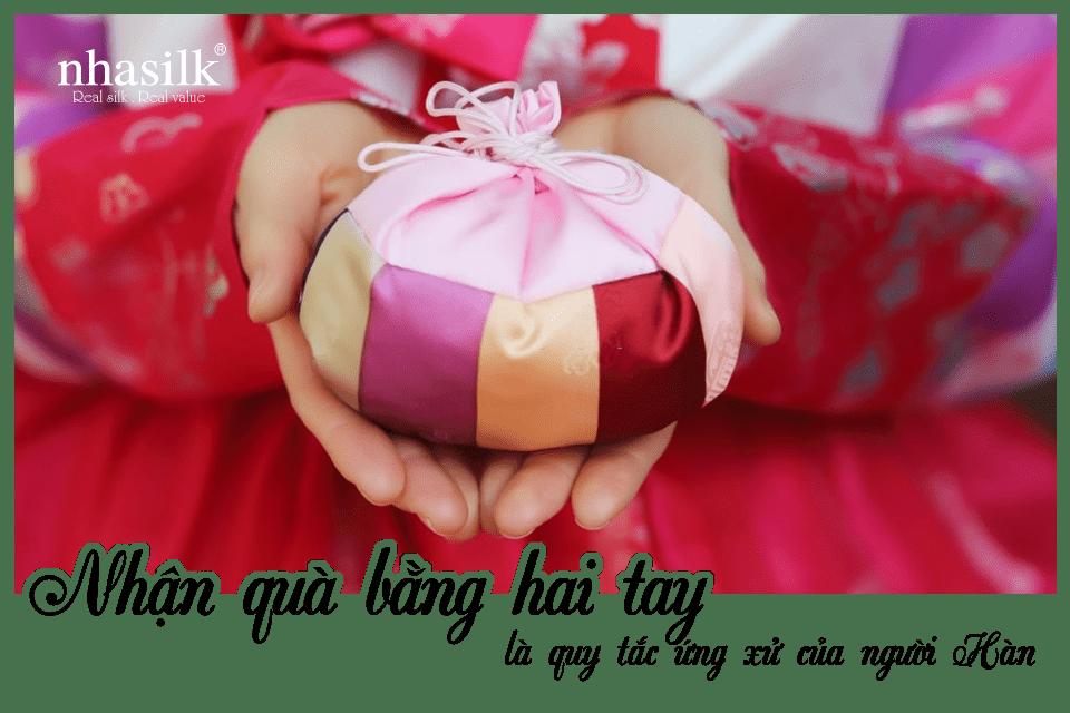 Nhận quà bằng hai tay là quy tắc ứng xử của người Hàn
