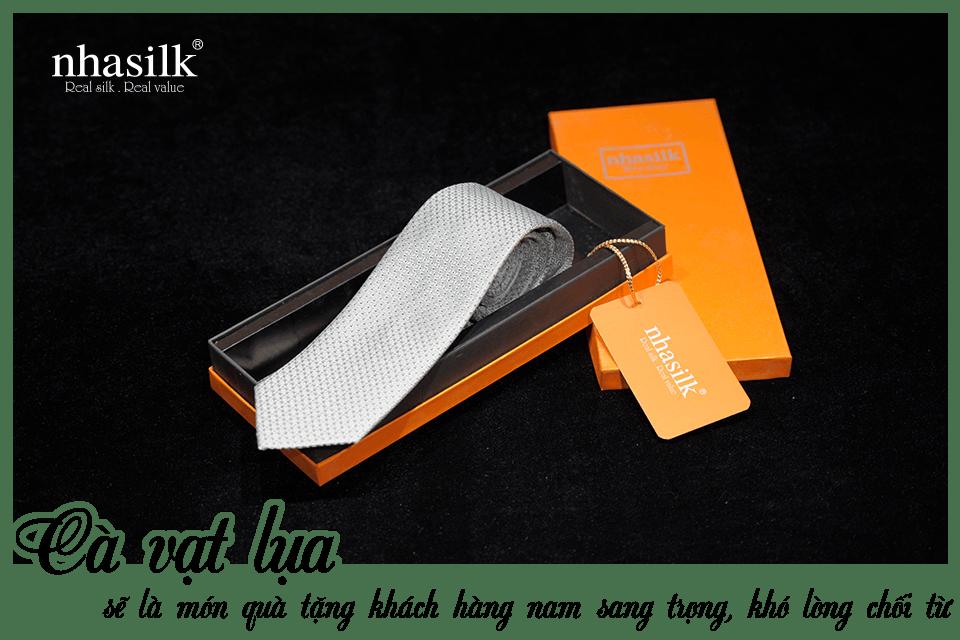 Cà vạt lụa sẽ là món quà tặng khách hàng nam sang trọng, khó lòng chối từ