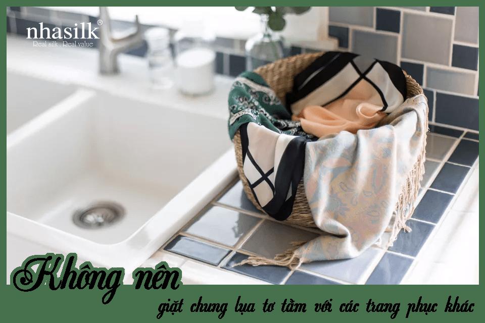 Không nên giặt chung lụa tơ tằm với các trang phục khác