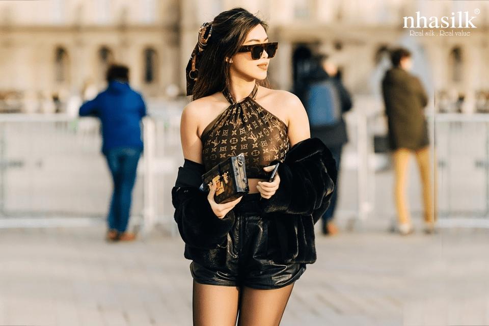 Trong khuôn khổ Tuần lễ Thời trang Paris, cô nàng fashionista Thảo Tiên cũng nhanh chóng hô biến chiếc khăn của Louis Vuitton thành áo croptop cổ yếm năng động.
