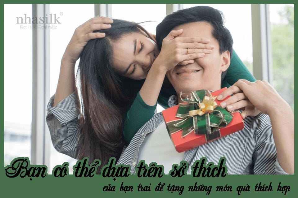Bạn có thể dựa trên sở thích của bạn trai để tặng những món quà thích hợp