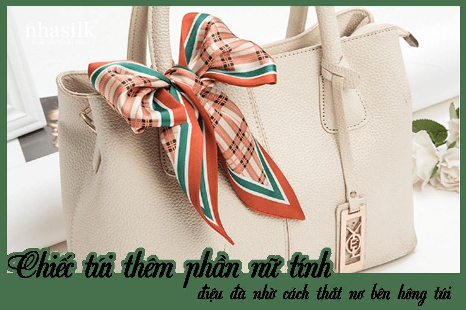 Chiếc túi thêm phần nữ tính, điệu đà nhờ cách thắt nơ bên hông túi