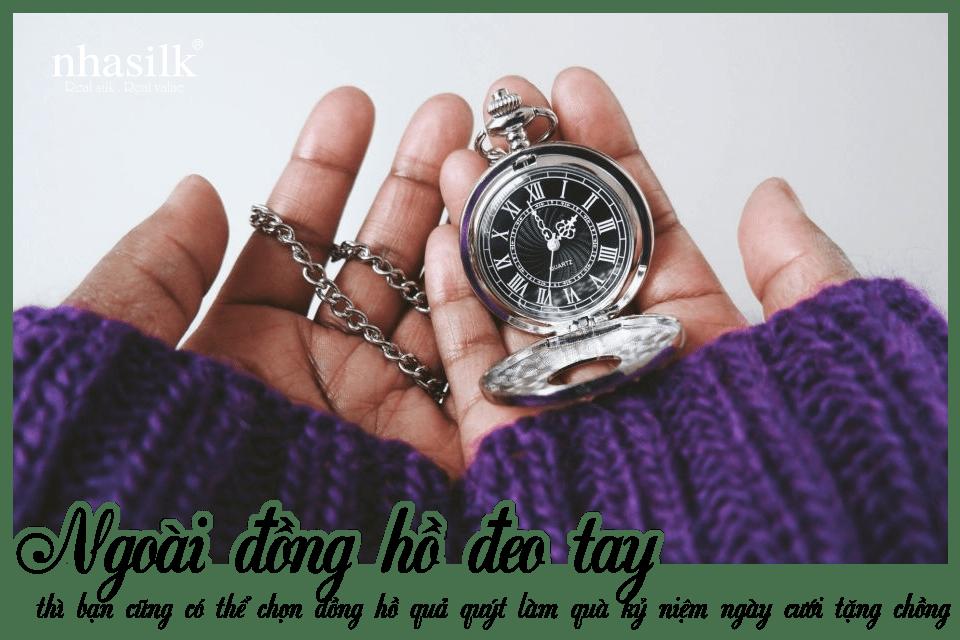Ngoài đồng hồ đeo tay, thì bạn cũng có thể chọn đồng hồ quả quýt làm quà kỷ niệm ngày cưới tặng chồng