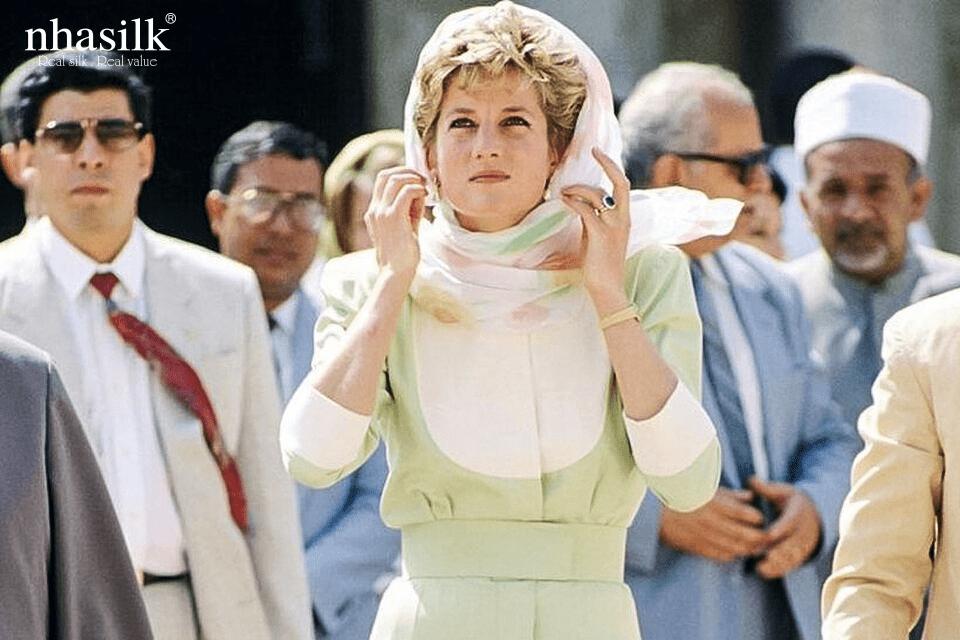 Những chiếc khăn lụa cùng rất hay được các mỹ nhân thập niên xưa dùng để quấn quanh đầu bảo vệ tóc thay cho mũ.