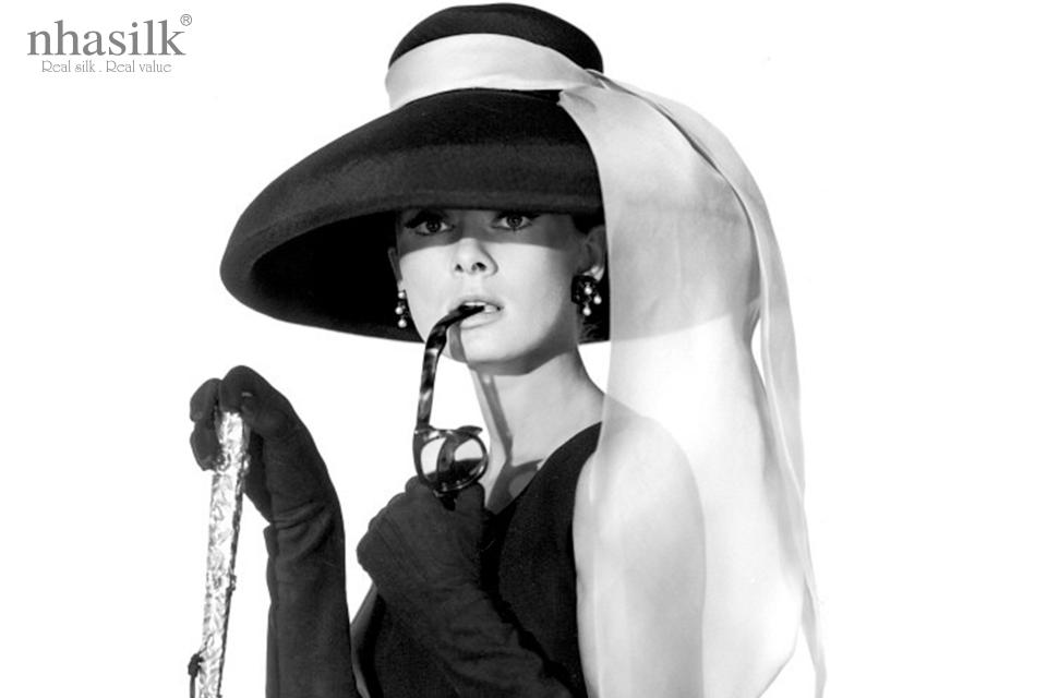 Trong Breakfast at Tiffany's, Audrey Hepburn đã diện chiếc mũ rộng vành làm từ chất liệu len cứng cáp